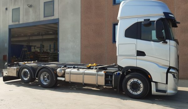 Allestimenti veicoli industriali scarrabili per motrici e rimorchi. Impianti scarrabili idraulici