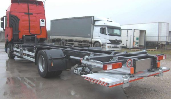 Preparation of roll-off industrial vehicles for truck and trailers. Hydraulic demountable plants